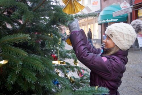 Weihnachtsbaumschmückaktion