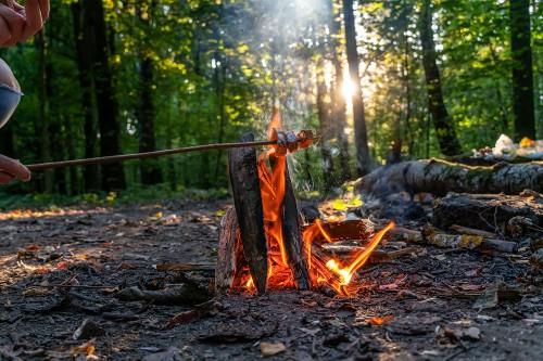 Wintergrillen mit Waldspeck am offenen Feuer.